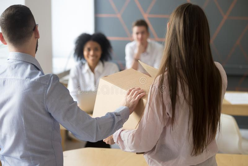 Teamleider die nieuwe bureauwerknemer aan collega's, achtergedeelte introduceren stock foto