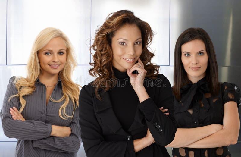 Teamporträt der lächelnden Geschäftsfrauen stockbild