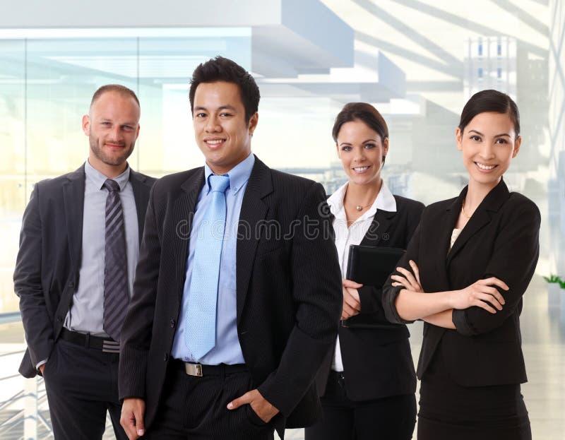 Teamporträt von glücklichen Geschäftsleuten stockfotos