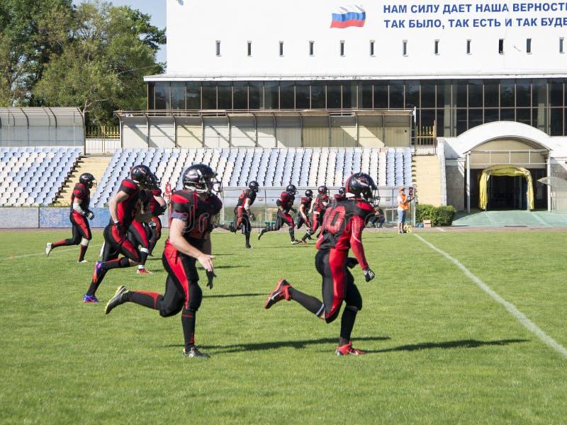 Teams für amerikanischen Fußball gegen den Hintergrund eines grünen Feldes stockbilder