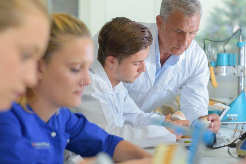 Teamtechniker im zahnmedizinischen Labor lizenzfreie stockfotografie
