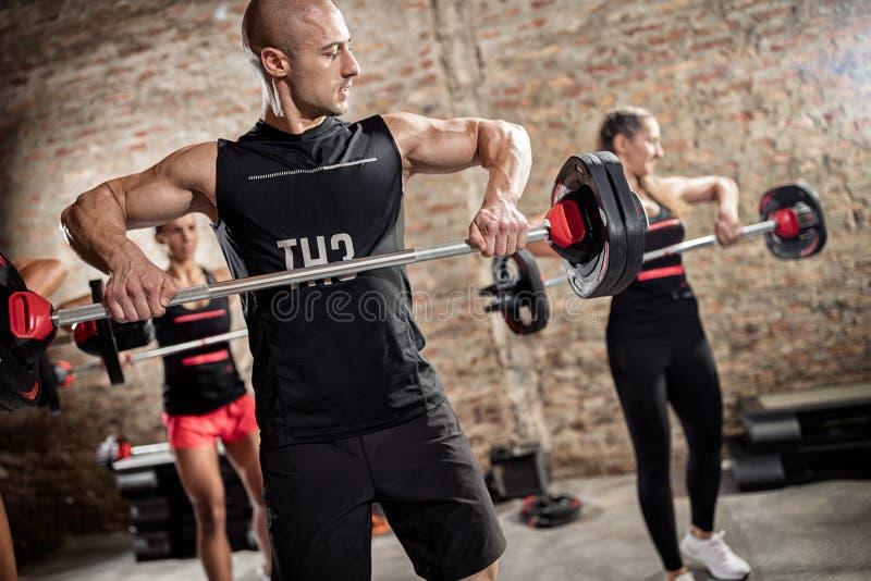 Teamtraining mit Gewichten stockfoto
