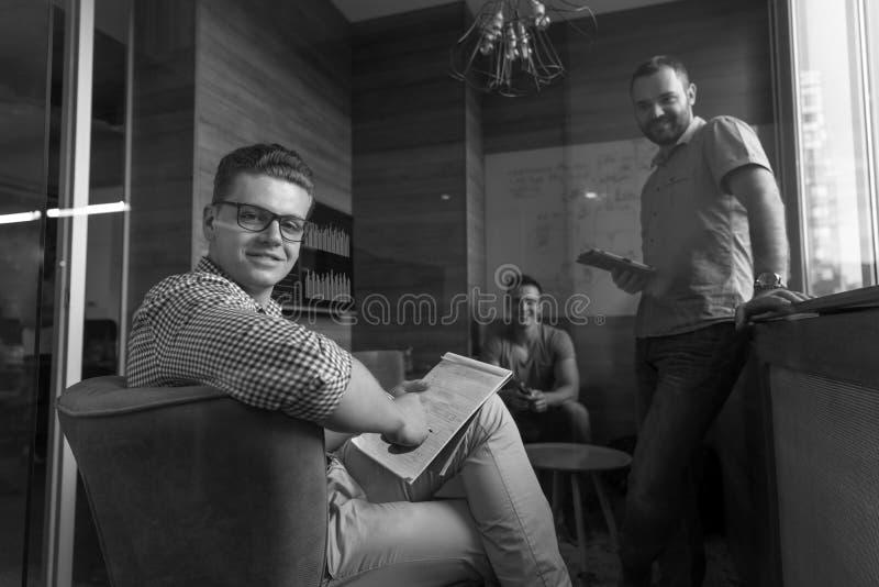 Teamvergadering en brainstorming in klein privé-kantoor stock afbeelding