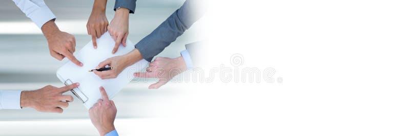 Teamworkövergång med affärsfolk som arbetar och pekar händer på dokument arkivbilder