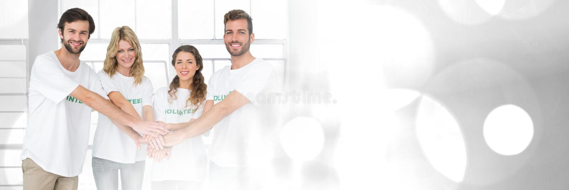Teamwork-Übergang mit den Freiwilligen, die Händen sich anschließen lizenzfreie stockbilder