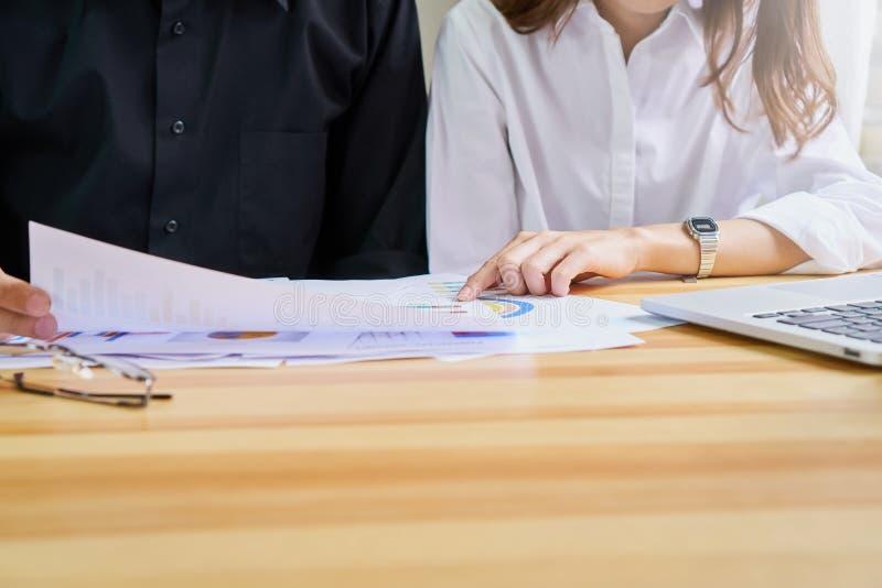 Teamwork analyserar arbetsstrategier Att att finna den bästa vägen att växa ett företag fotografering för bildbyråer