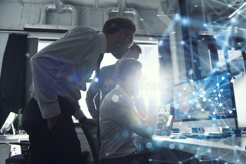 Teamwork arbeitet mit einem Computer Konzept des Internet-Teilens und -verbindung Doppelte Berührung lizenzfreie stockbilder