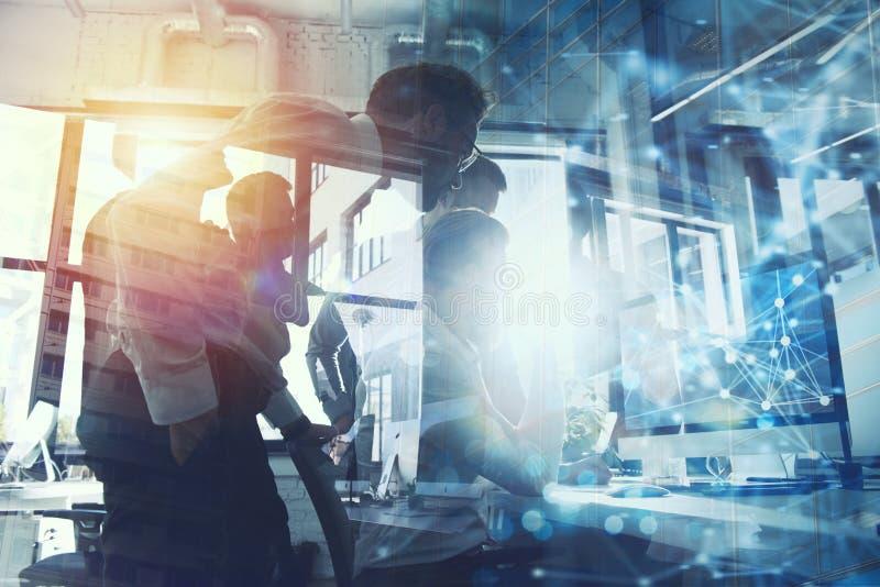 Teamwork arbeitet mit einem Computer Konzept des Internet-Teilens und -verbindung Doppelte Berührung stockfotos