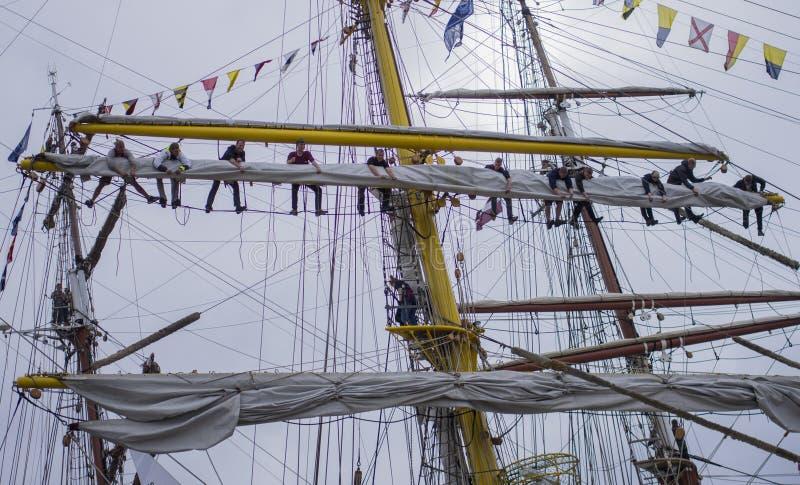 Teamwork auf dem Schiff stockfotos