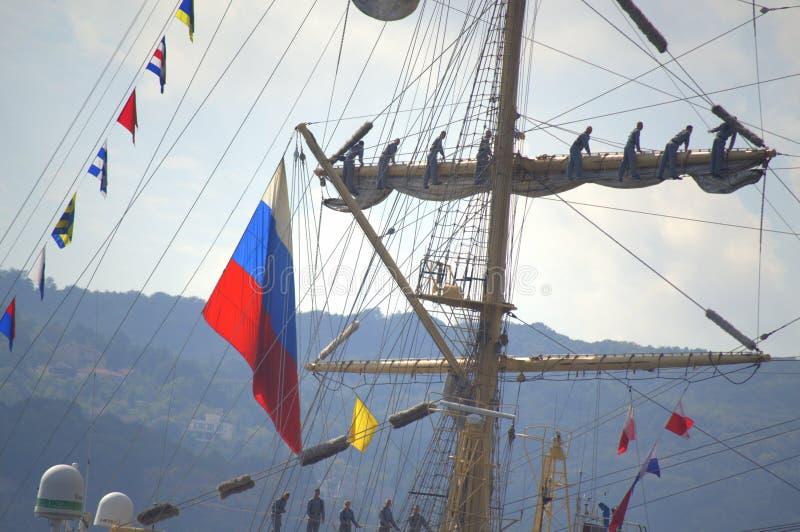 Teamwork auf russischem Segelschiff stockbilder