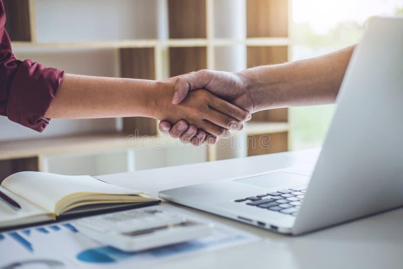 Teamwork av affärspartnerskapHandshaking efter bra samarbete, konsultation mellan affärsmannen och kund royaltyfri bild
