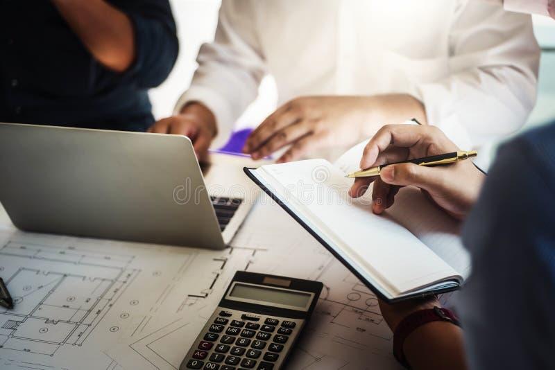 Teamwork av mötet för arbete för grupp för arkitektaffärsfolk i projektet för kontorsbyggnadplandesign Konstruktionsteknik arkivfoto