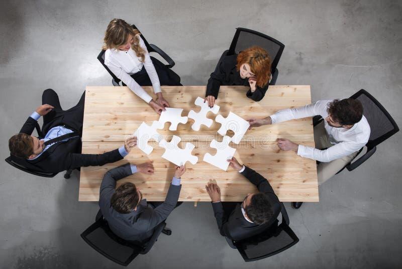 Teamwork av partners Begrepp av integration och starten med pusselstycken royaltyfri foto