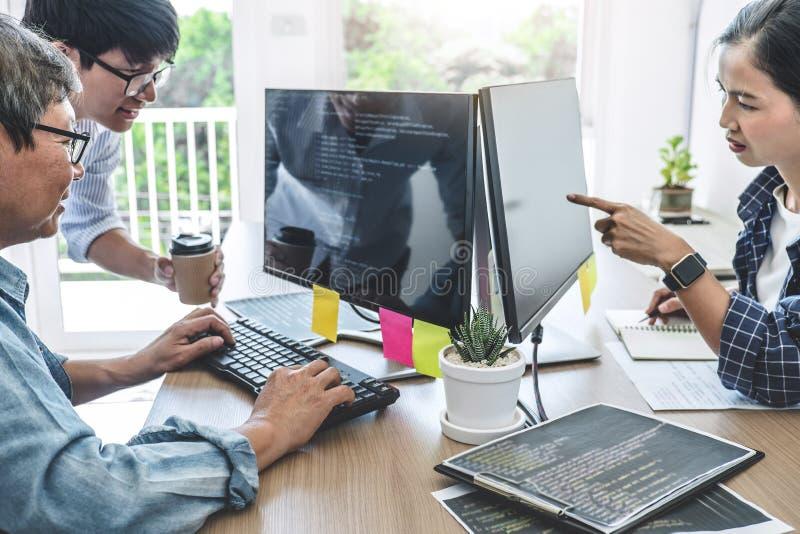Teamwork av yrkesmässiga programmerare som samarbetar på framkallande programmera och websiten som arbetar i en programvara, fram arkivbild