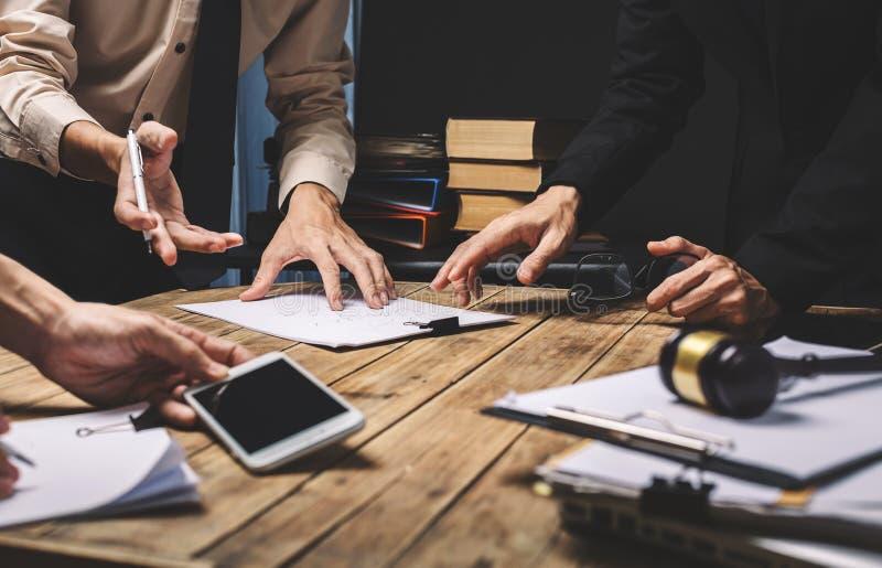 Teamwork der Geschäftsrechtsanwaltsitzung, die schwer über legale Ausrichtung arbeitet lizenzfreie stockfotografie