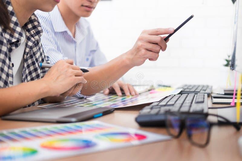 Teamwork der kreativen oder Innenarchitekten mit pantone Muster und Baupläne auf Schreibtisch, Architekten, die Farbproben wählen stockfotografie