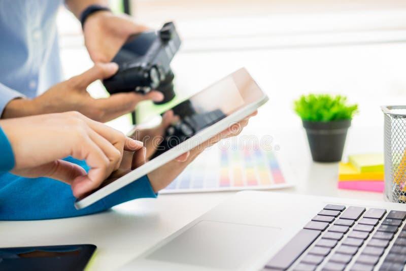 Teamwork der kreativen oder Innenarchitekten mit pantone Muster und Baupl?ne auf Schreibtisch, Architekten, die Farbproben w?hlen stockfotos