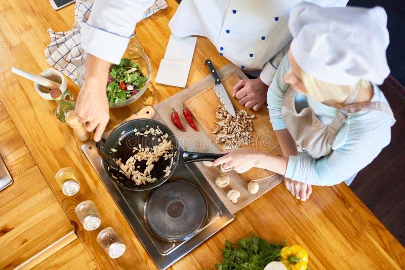 Teamwork an der modernen Restaurant-Küche stockfoto