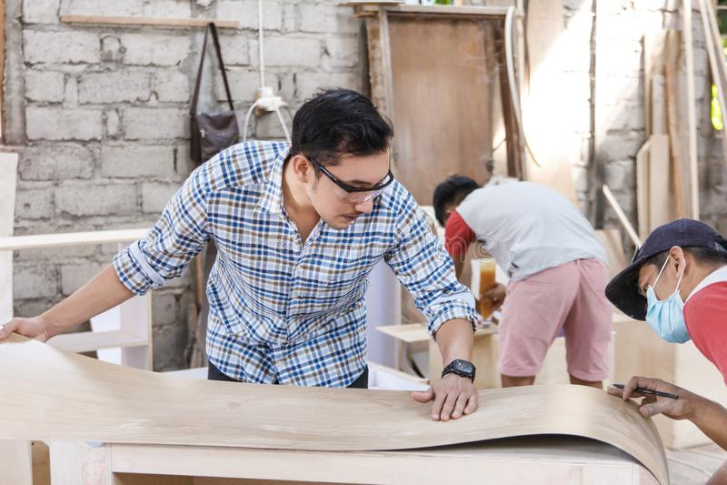 Teamwork, die Möbel an der Tischlerwerkstatt errichtet lizenzfreies stockbild