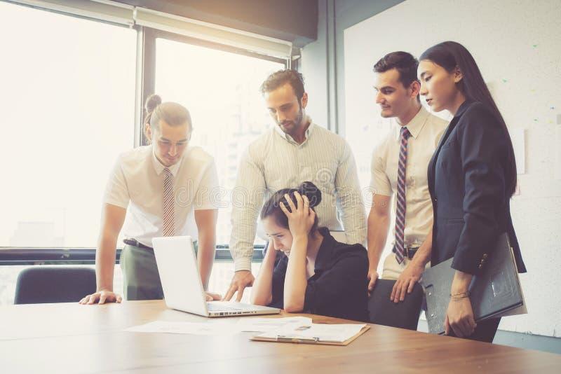 Teamwork för affärsgruppmöte av olyckligt och spänningen med problemkuggning royaltyfria bilder