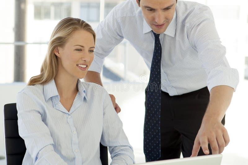 Teamwork för företags affär - affärsman som arbetar med kvinnan på datoren arkivfoto