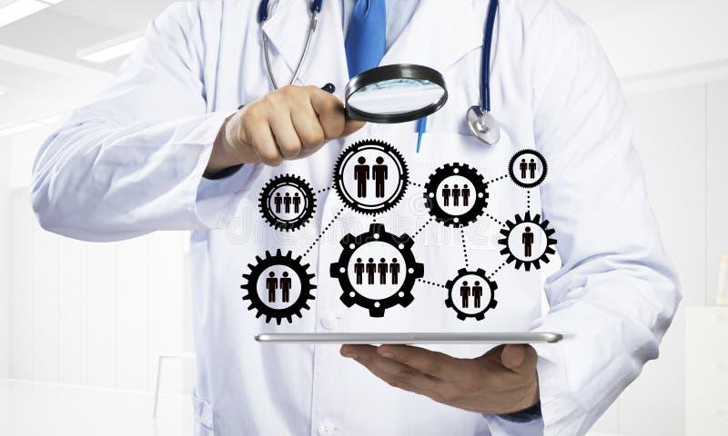 Teamwork för sökande av tålmodiga sjukdomar för ` s arkivbild