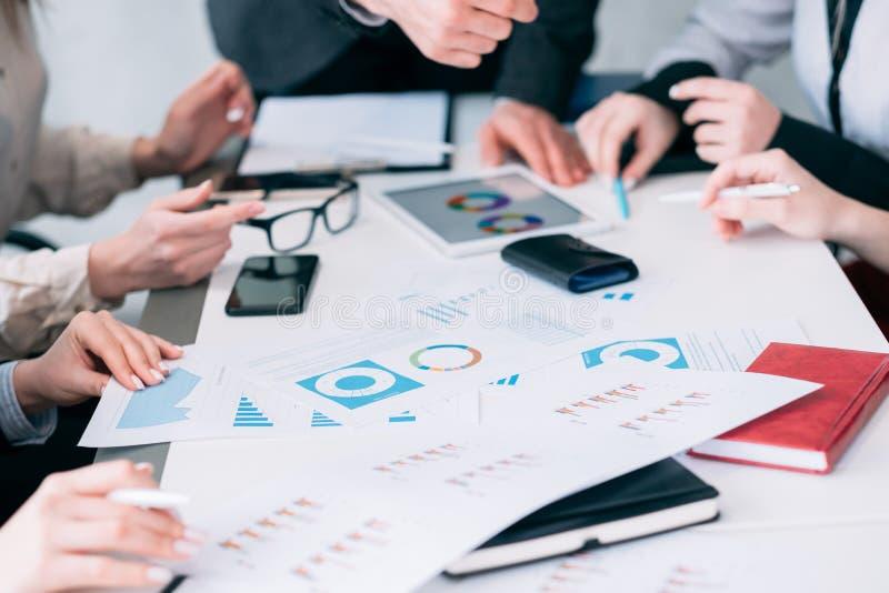 Teamwork för skrivbordsarbete för affärsanalys att diskutera diagrammet arkivfoto