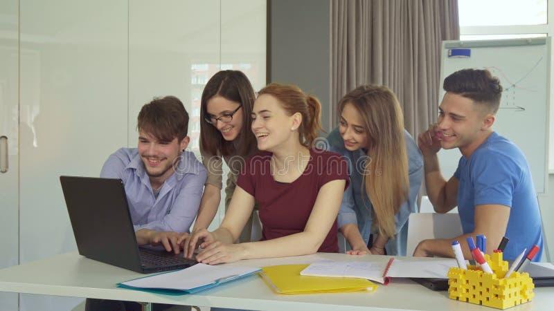 Teamwork för ungdomarshow på kontoret arkivfoton