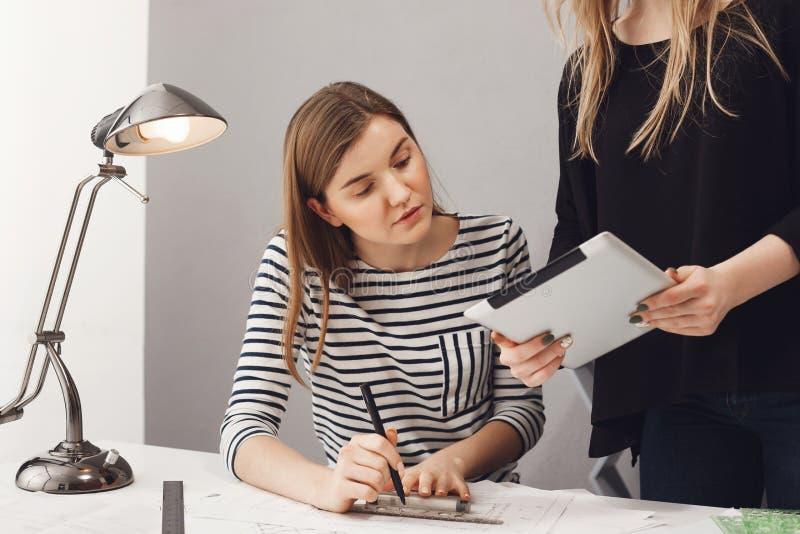 Teamwork frilans, affärsidé Stäng sig upp av två yrkesmässiga unga entreprenörformgivare som arbetar på nytt arkivfoton