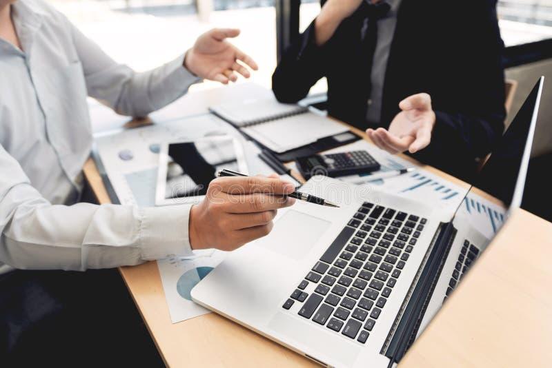 Teamwork-Generalversammlungskonzept, Teilhaber, die mit der Laptop-Computer zusammen analysiert Startfinanzprojekt arbeiten lizenzfreie stockfotos
