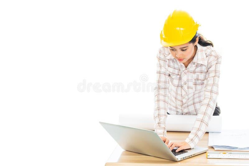 Teamwork-Geschäftsfrau und -ingenieur im Café im Freien mit Laptop lizenzfreies stockbild