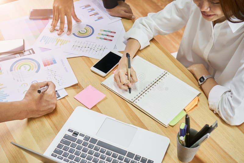 Teamwork hjälper oss att välja den bästa informationen Att att komma med till kunder för att använda i lyckat arbete Kvalitets- a royaltyfri foto