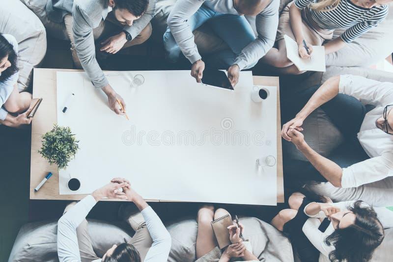 Teamwork i handling fotografering för bildbyråer