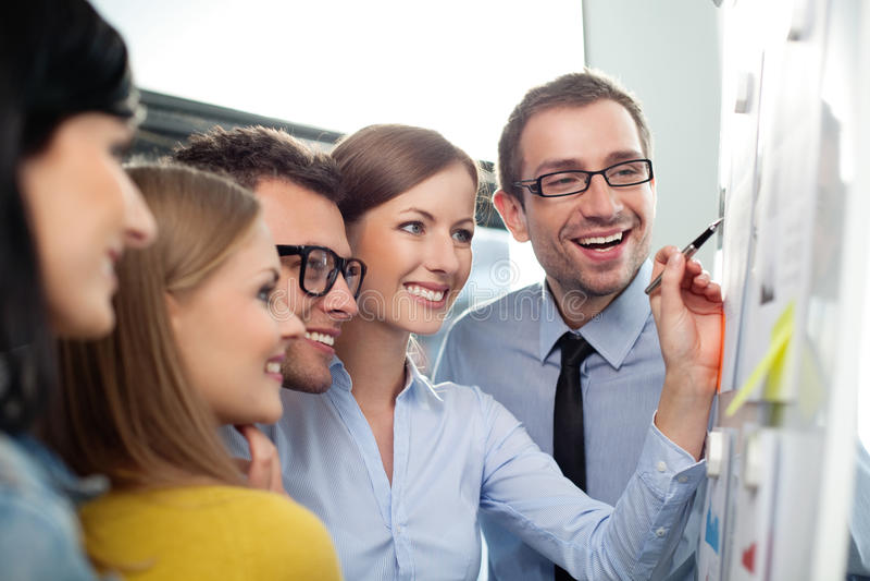 Teamwork i kontoret royaltyfria bilder