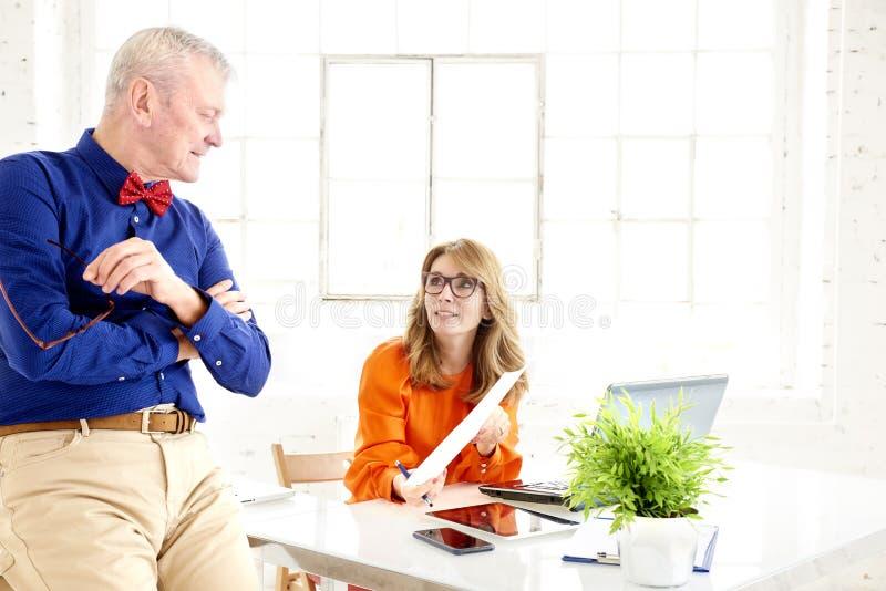 Teamwork im Büro Gruppe Wirtschaftler, die zusammenarbeiten stockbild