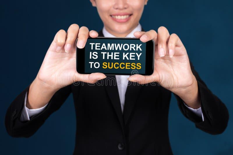 Teamwork ist der Schlüssel zum Erfolgskonzept, glückliche Geschäftsfrau Show lizenzfreie stockbilder