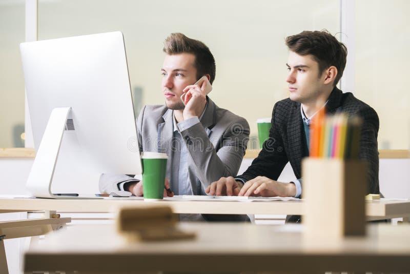 Teamwork-, Kommunikations- und Arbeitskonzept stockfoto