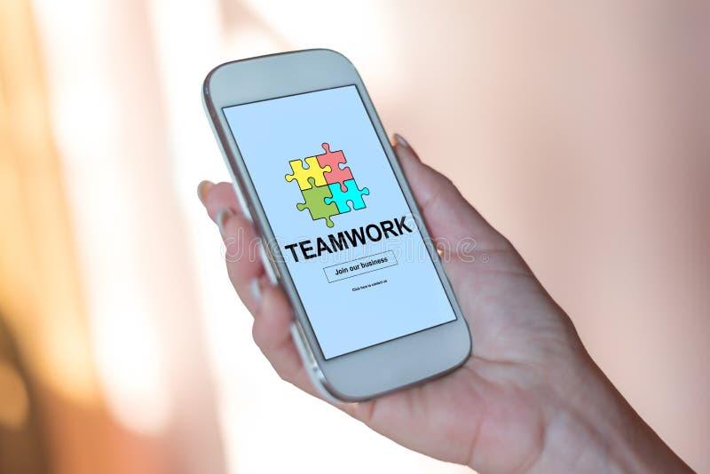 Teamwork-Konzept auf einem Smartphone stockfoto
