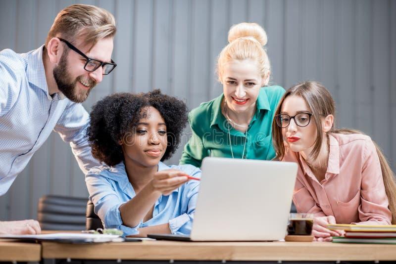 Teamwork mit Laptop lizenzfreies stockfoto