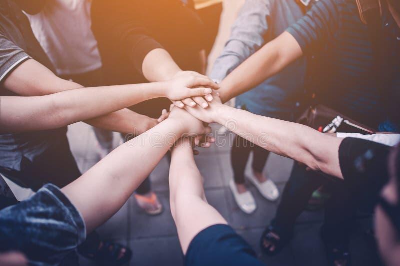 Teamwork mit unseren Armen und Händen lizenzfreies stockbild