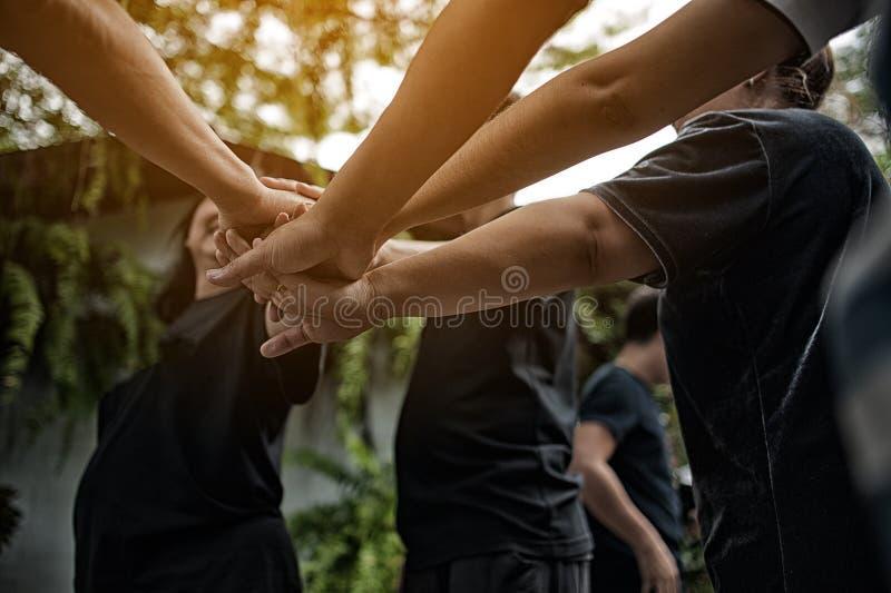 Teamwork mit unseren Armen und Händen lizenzfreies stockfoto
