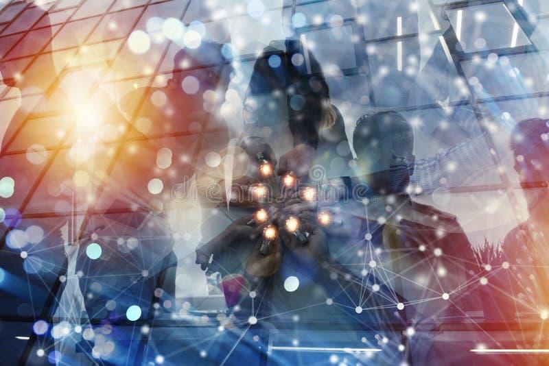Teamwork- och idékläckningbegrepp med affärsmän som delar en idé med en lampa Begrepp av starten vektor illustrationer