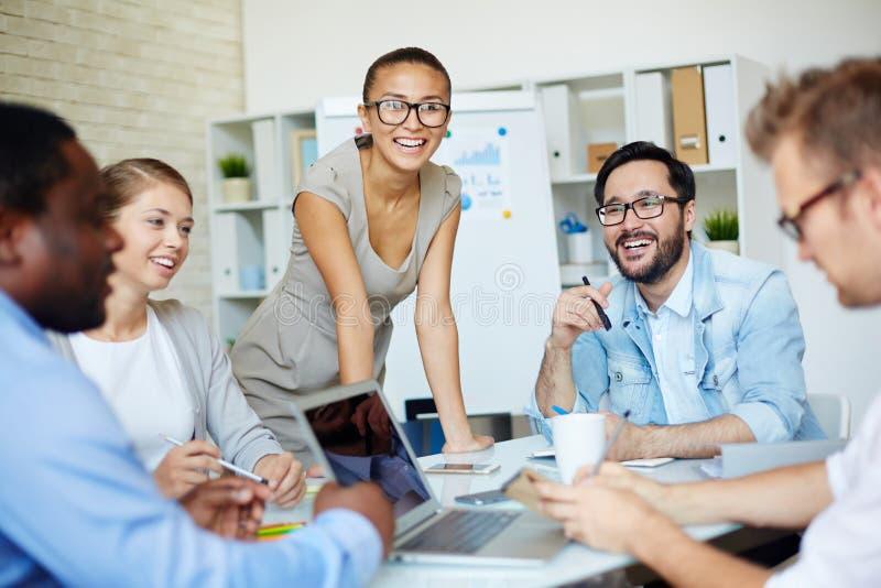 Teamwork på kontoret arkivfoton