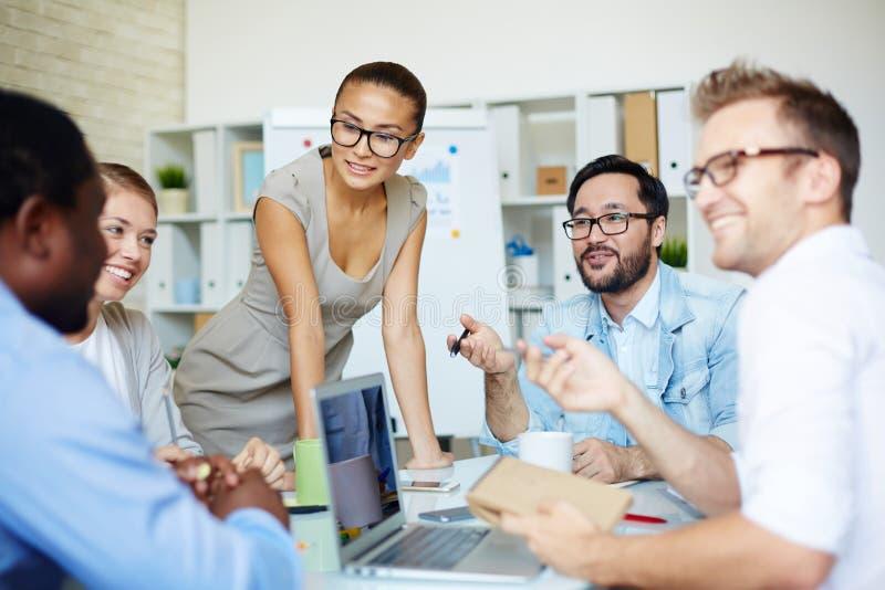 Teamwork på kontoret royaltyfri bild