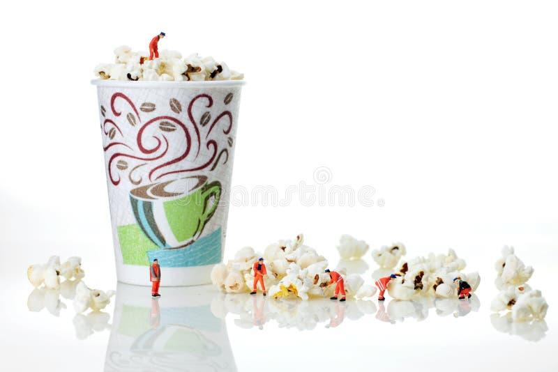Teamwork på popcorn royaltyfri foto