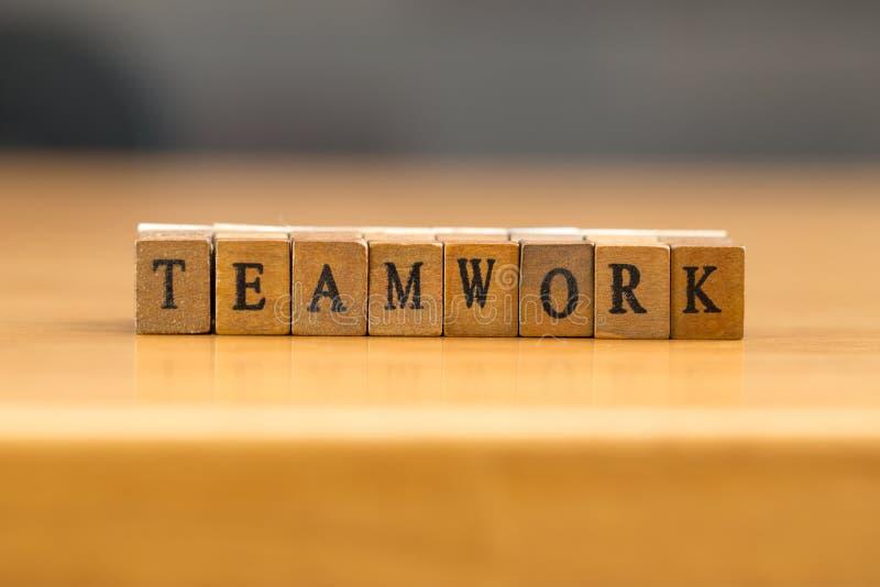 teamwork parola scritta sul blocco di legno immagine stock