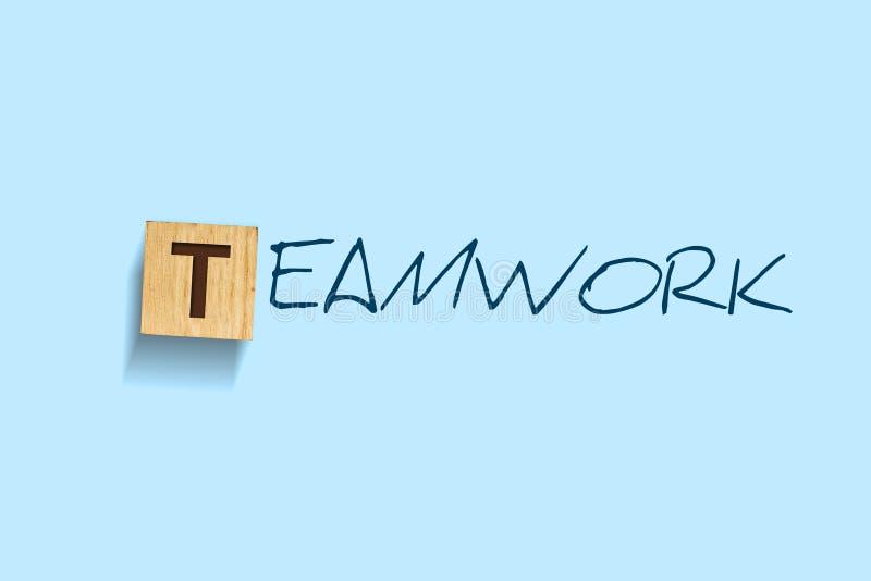 teamwork Parole scritte su un blocco di legno Priorit? bassa per una scheda dell'invito o una congratulazione Isolato Concetto di immagine stock libera da diritti