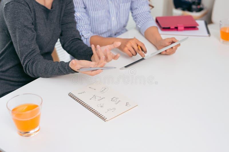 teamwork Persone di affari che collaborano con il computer portatile in ufficio immagine stock libera da diritti
