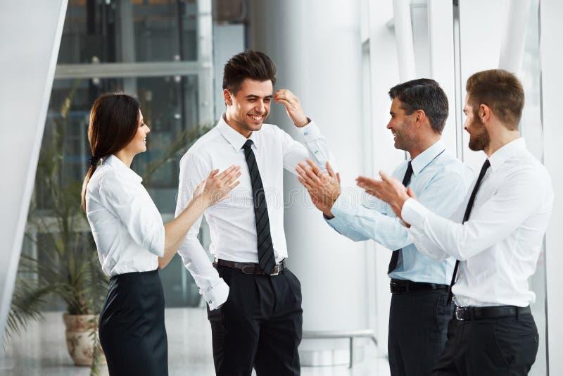 teamwork Riuscita gente di affari che celebra un affare fotografia stock libera da diritti