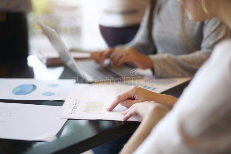 Teamwork-Sitzungskonzept, Geschäftsleute, die mit discussio arbeiten lizenzfreie stockfotos